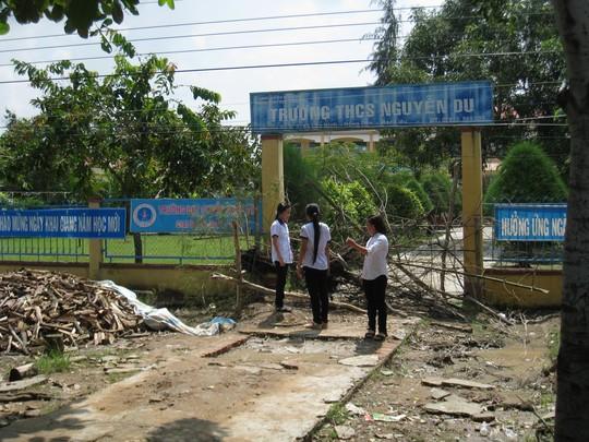 Cổng trường bị bít, học sinh nghỉ học - 1
