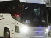 Bóng đá - SỐC: Đang đi, xe bus của ĐT Serbia bị ném đá