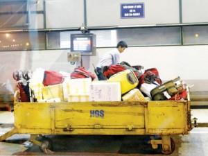 Tin tức trong ngày - Gắn camera trên người bốc xếp để chống trộm hành lý sân bay