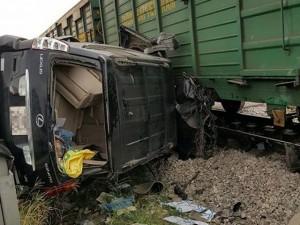 Tin tức trong ngày - Hà Nội: Tàu hỏa đâm xe Lexus, dân phá kính cứu người