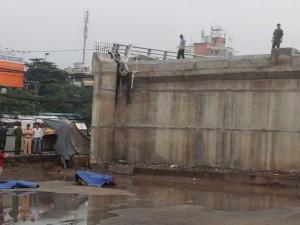 Tin tức Việt Nam - Đi xe máy lên cầu vượt xây dở, rơi xuống đất tử vong