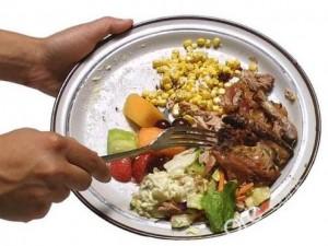 """Nhà hàng """"siêu dị"""", dùng thức ăn thừa phục vụ khách"""