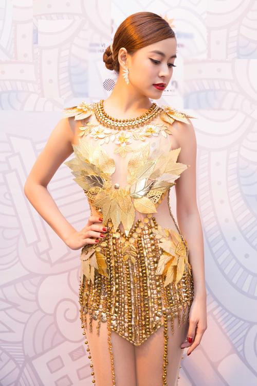 """Hoàng Thùy Linh quyến rũ với váy xuyên thấu """"dát vàng"""" - 2"""