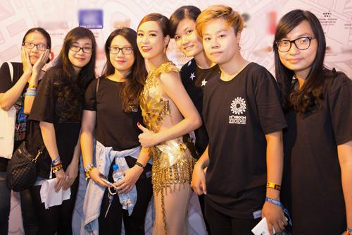 """Hoàng Thùy Linh quyến rũ với váy xuyên thấu """"dát vàng"""" - 13"""