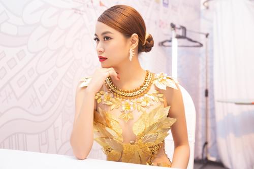 """Hoàng Thùy Linh quyến rũ với váy xuyên thấu """"dát vàng"""" - 4"""