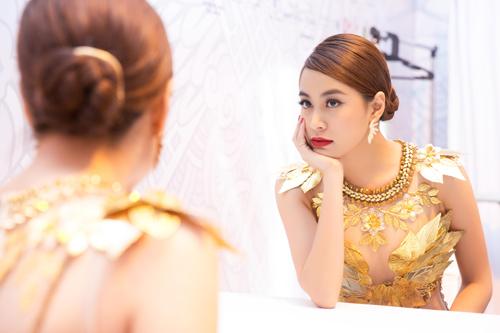 """Hoàng Thùy Linh quyến rũ với váy xuyên thấu """"dát vàng"""" - 6"""