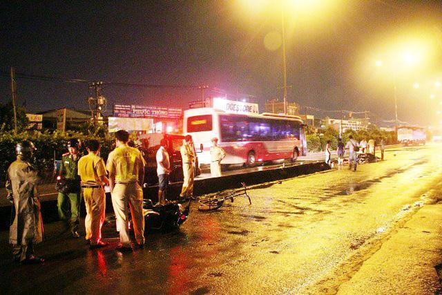 TPHCM: Truy tìm ô tô cán chết 2 người rồi bỏ trốn - 2