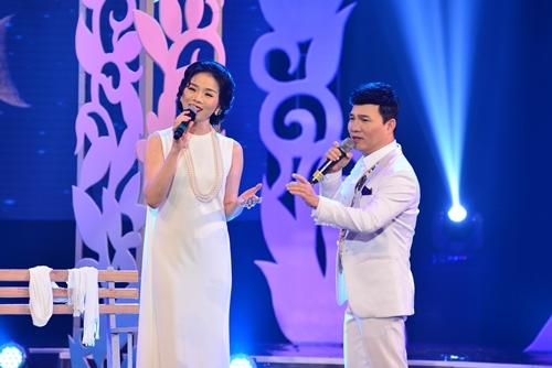 Quang Linh nắm tay tình tứ với Lệ Quyên trên sân khấu - 2