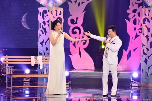 Quang Linh nắm tay tình tứ với Lệ Quyên trên sân khấu - 1
