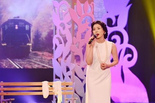 Quang Linh nắm tay tình tứ với Lệ Quyên trên sân khấu - 4