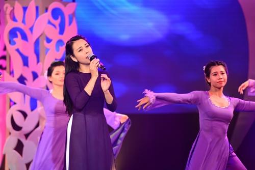 Quang Linh nắm tay tình tứ với Lệ Quyên trên sân khấu - 11
