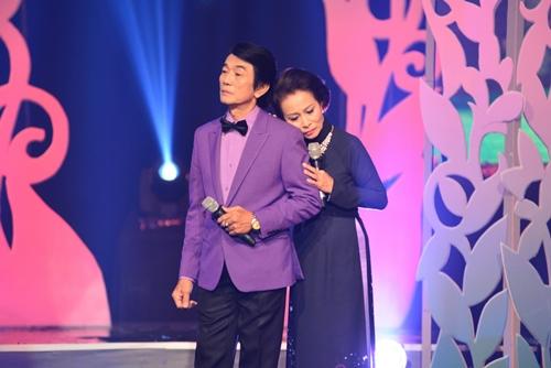 Quang Linh nắm tay tình tứ với Lệ Quyên trên sân khấu - 12