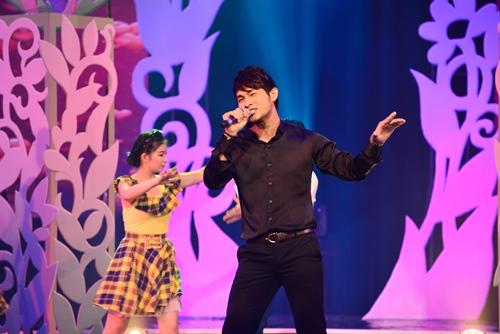Quang Linh nắm tay tình tứ với Lệ Quyên trên sân khấu - 13