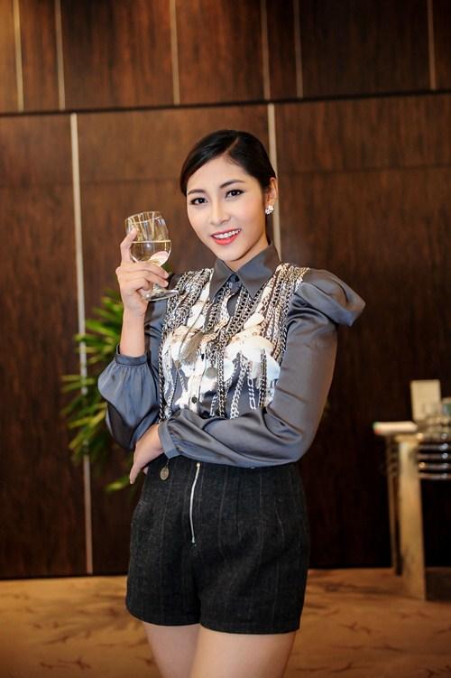 Angela Phương Trinh diện váy kín đáo, xinh như công chúa - 13