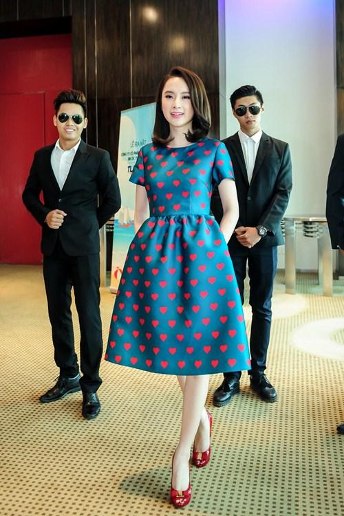 Angela Phương Trinh diện váy kín đáo, xinh như công chúa - 4