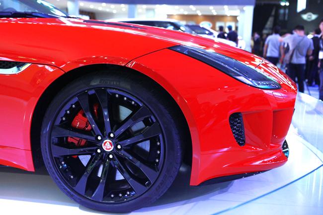 Jaguar F-Type R là mẫu xe thể thao mui trần 2 cửa được ra mắt lần đầu vào năm 2014.