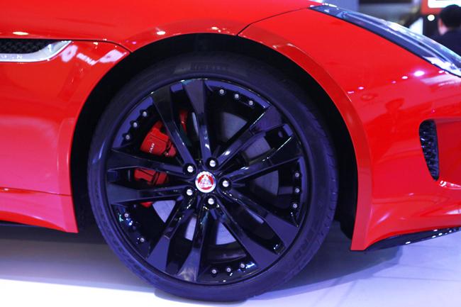 F-Type R Convertible sử dụng động cơ 5,0 lít V8 mạnh mẽ có khả năng sản sinh công suất tối đa 550 mã lực tại 6500 vòng/phút, mô-men xoắn cực đại 680 Nm ở dải vòng tua từ 2.500 - 5.500 vòng/phút.