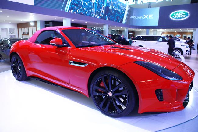 Sức mạnh này khi kết hợp cùng hộp số tự động ZF 8 cấp giúp chiếc xe thể thao đầu bảng của Jaguar có khả năng tăng tốc từ 0-100 km/h trong 4,2 giây và đạt tốc độ tối đa 300 km/h. Chiếc F-Type R về Việt Nam có cấu hình dẫn động cầu sau tiêu chuẩn, chứ không phải dẫn động 4 bánh toàn thời gian AWD như ở một số thị trường khác.