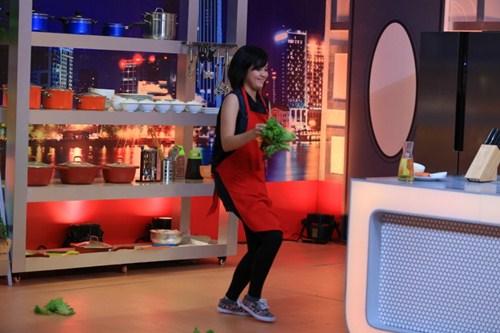 """Ca sĩ """"nhà trăm tỷ"""" khoe tài nấu bếp trên truyền hình - 3"""