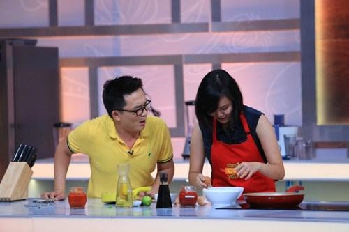 """Ca sĩ """"nhà trăm tỷ"""" khoe tài nấu bếp trên truyền hình - 4"""