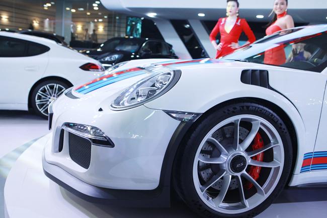Mẫu 911 GT3 RS sở hữu mui xe được làm bằng hợp kim magiê; sợi carbon được sử dụng cho nắp động cơ và nắp khoang hành lý, các thành phần nhẹ khác được làm bằng vật liệu thay thế. Điều này làm cho mẫu xe RS nhẹ hơn khoảng 10 kg so với mẫu 911 GT3.
