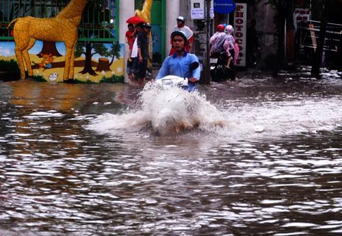"""Mưa 1 giờ, người Sài Gòn lại """"rẽ sóng"""" về nhà - 2"""