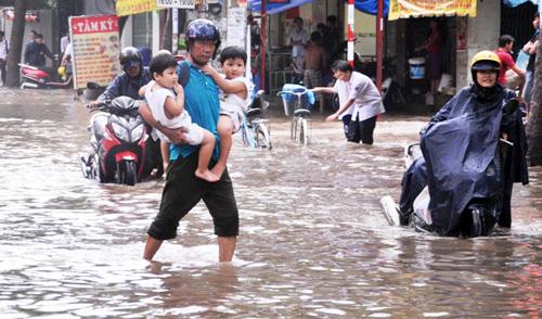 """Mưa 1 giờ, người Sài Gòn lại """"rẽ sóng"""" về nhà - 14"""