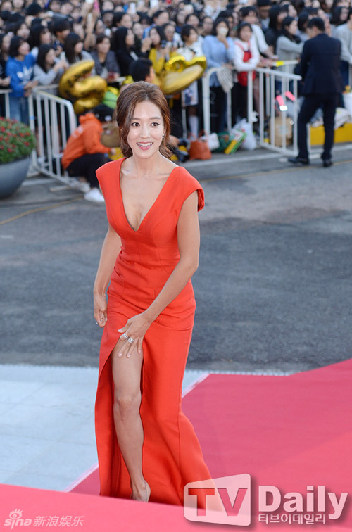 Kiều nữ Hàn Quốc ăn mặc hớ hênh trên thảm đỏ - 2