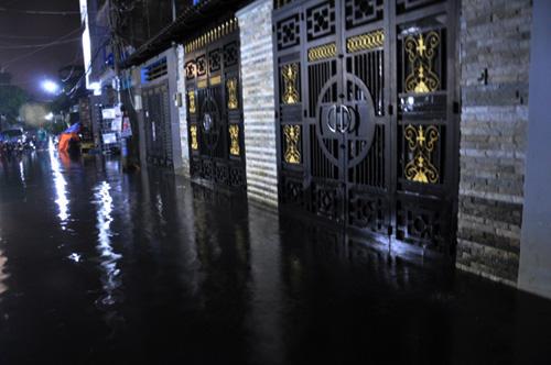 Người Sài Gòn thức đêm đắp đê ngăn nước vào nhà - 3