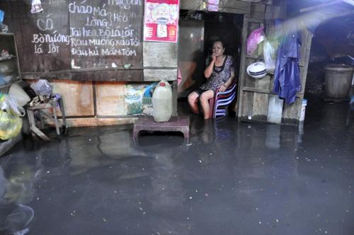 Người Sài Gòn thức đêm đắp đê ngăn nước vào nhà - 10