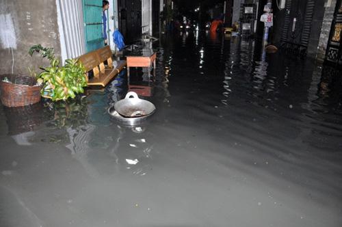 Người Sài Gòn thức đêm đắp đê ngăn nước vào nhà - 11