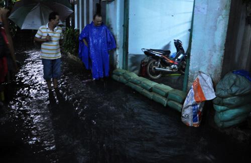 Người Sài Gòn thức đêm đắp đê ngăn nước vào nhà - 1