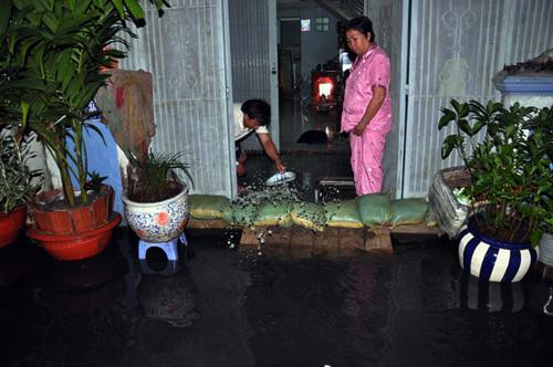 Người Sài Gòn thức đêm đắp đê ngăn nước vào nhà - 2