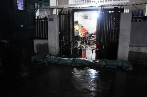 Người Sài Gòn thức đêm đắp đê ngăn nước vào nhà - 4