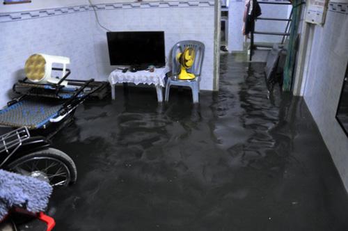Người Sài Gòn thức đêm đắp đê ngăn nước vào nhà - 5