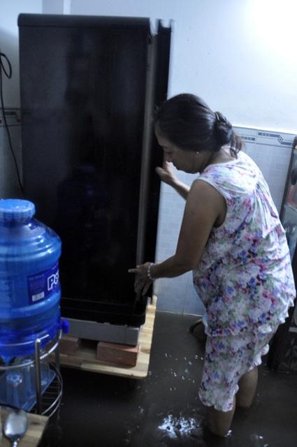 Người Sài Gòn thức đêm đắp đê ngăn nước vào nhà - 6