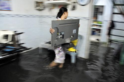 Người Sài Gòn thức đêm đắp đê ngăn nước vào nhà - 7
