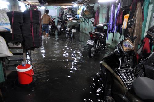 Người Sài Gòn thức đêm đắp đê ngăn nước vào nhà - 8
