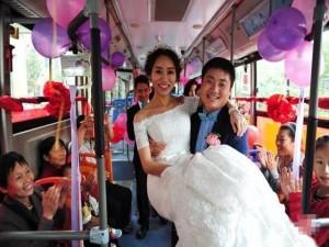 Bạn trẻ - Cuộc sống - Sợ tắc đường, chú rể đi xe bus rước dâu