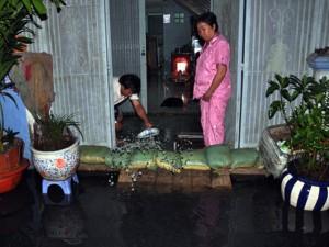 Người Sài Gòn thức đêm đắp đê ngăn nước vào nhà