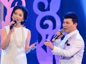 Quang Linh nắm tay tình tứ với Lệ Quyên trên sân khấu
