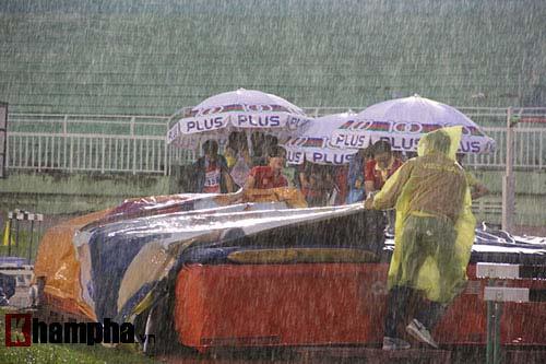 Điền kinh: Các người hùng SEA Games khốn khổ vì mưa - 5