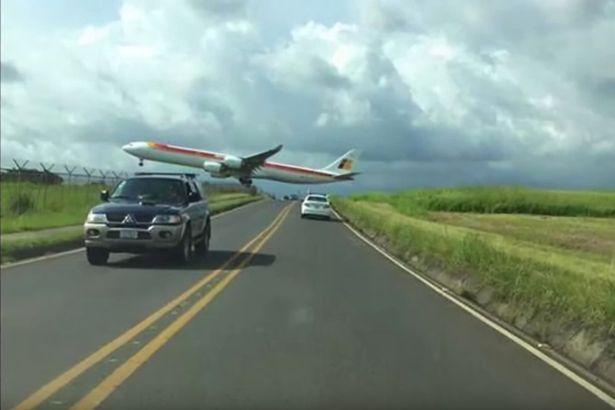 Video: Máy bay suýt chạm vào... người dưới đất - 1