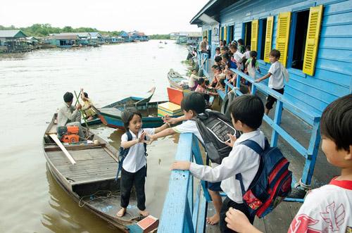 Nhói lòng cảnh trẻ em vượt sông tới trường - 1