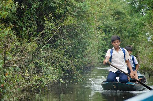 Nhói lòng cảnh trẻ em vượt sông tới trường - 2