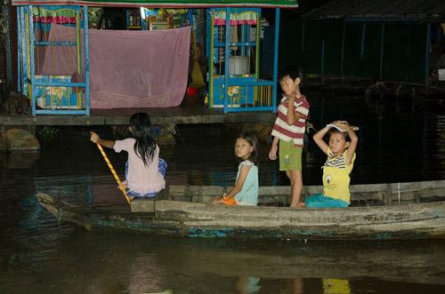 Nhói lòng cảnh trẻ em vượt sông tới trường - 5