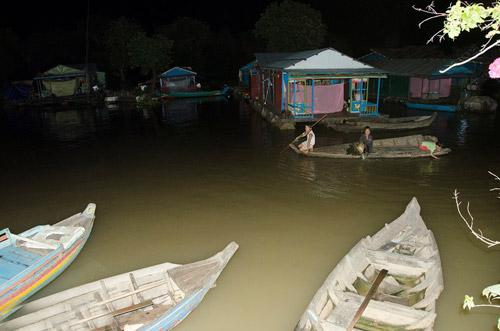 Nhói lòng cảnh trẻ em vượt sông tới trường - 6