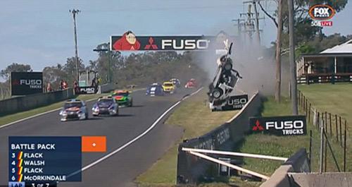 Tai nạn: Xe đua lộn 12 vòng bốc cháy ngùn ngụt - 1