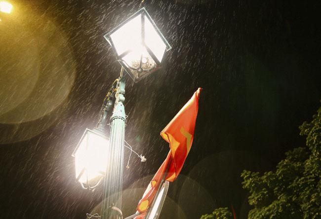 Mùa đông Hà Nội gắn liền với những cơn mưa phùn, mưa bụi rả rích suốt ngày đêm.
