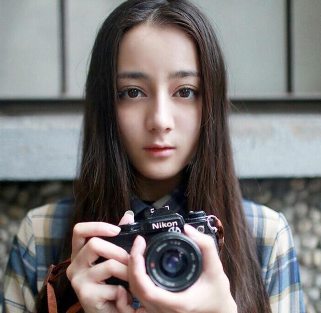 Địch Lệ Nhiệt Ba caop 1m71, cô từng là hoa khôi của Học viện Hý kịch Trung Ương.